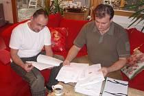 JIŘÍ LAMMEL A MIROSLAV POPELKA (vpravo) téměř rok vyřizovali povolení k výstavě Kupky. Včera kontrolovali, zda jsou doklady v pořádku.