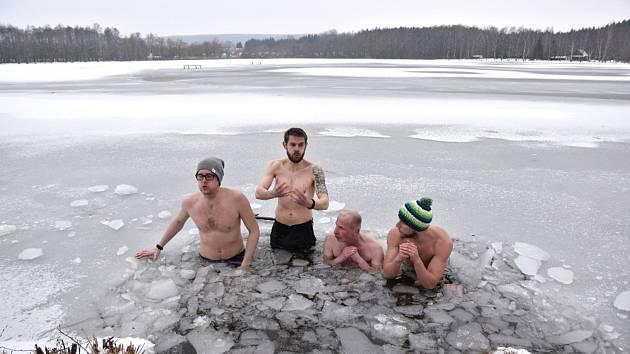 VYSEKAT DÍRU V LEDU a jde se na to. Mrzne, až praští, ale sportovci se do vody ponoří s radostí.