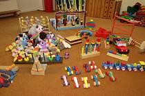 Vězni vyrobili dřevěné hračky.