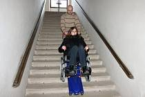 Do patra vozíčkáře schodolez vyveze v podstatě sám. Že je to pohodlné, si vyzkoušela i sama kastelánka.