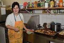 Kuchařka Vlasta Bartošová pracovala na přípravě pečínek od  rána. Výsledek stál za to.