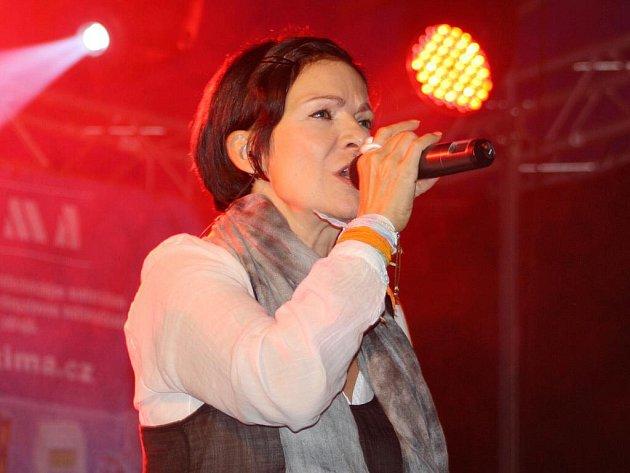 Z vystoupení Anny K. a její kapely na svitavském náměstí.