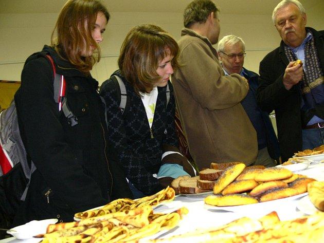 """V litomyšlském muzeu se ve středu  """"hodovalo"""" jako za první světové války. Lidé ochutnali  vdolky z kukuřičné mouky nebo  pyré z jablečných ohryzků a slupek."""