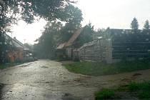 Pomezí zasáhl přívalový déšť. Spláchl hlínu z pole.