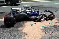 Střet motorky s autem si vyžádal přílet vrtulníku