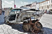 NA ČTRNÁCTI MÍSTECH v Litomyšli se objevily objekty českých výtvarníků. Zatím největší rozruch budí nabourané Porsche na náměstí od Matyáše Chochola. Další díla jsou v Klášterních zahradách, na zámku nebo u Smetanova domu.