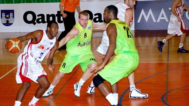 SVITAVŠTÍ BASKETBALISTÉ se dokázali na rozdíl od utkání na Slovensku vyrovnat soupeři v podkošovém prostoru.