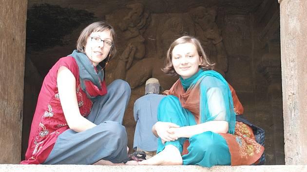 Klára Večeřová (vpravo) a Andrea Blažková mají za sebou první tři týdny  stáže v Indii mezi chudými lidmi na okraji města Mumbai.