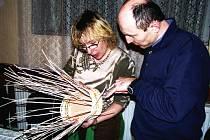 PLETENÍ Z PEDIGU vyučovala v Koclířově Monika Weisová. Další zkušenosti od odbornice načerpal Zdeněk Fikejz, učitel z Litomyšle.