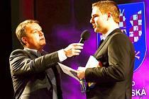 Vítěz hlasování čtenářů Svitavského deníku Lukáš Kolouch (vpravo) v rozhovoru s moderátorem galavečera Radkem Šilhanem.