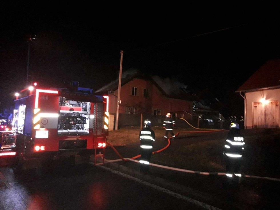 Deset jednotek hasičů u požáru domu v Lezníku.