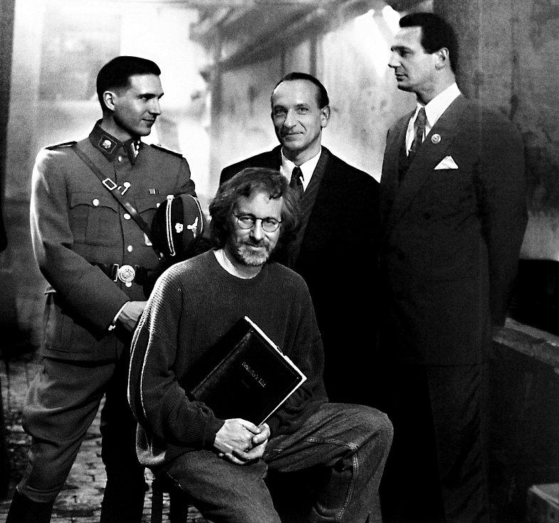 Hlavní představitelé filmu Ralph Finnes, Ben Kingsley a Liam Neeson - společně s režisérem Stevenem Spielbergem (sedící)