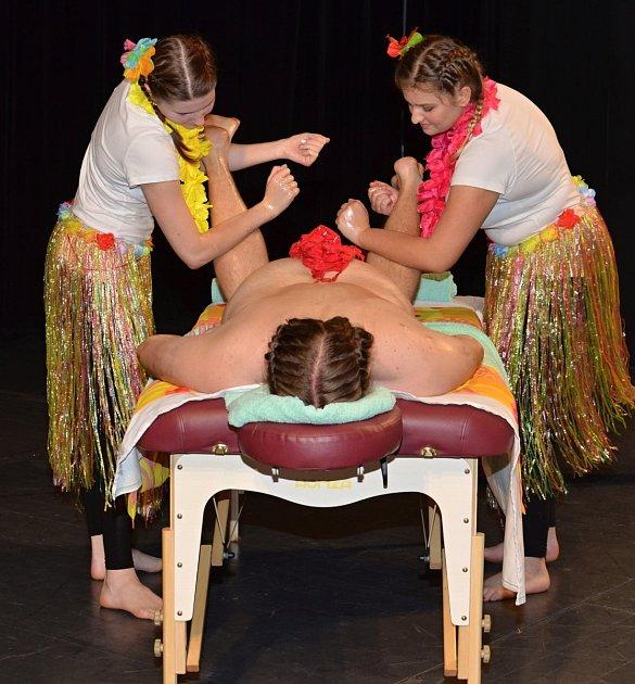 Ukázka havajské masáže.