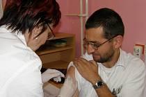 Lékař Pavel Ingr podstoupil očkování proti prasečí chřipce ve Svitavách mezi prvními.