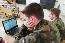 Tři učebny anglického jazyka byly plně vybaveny tablety, které studenti používají ke zpestření běžné výuky.
