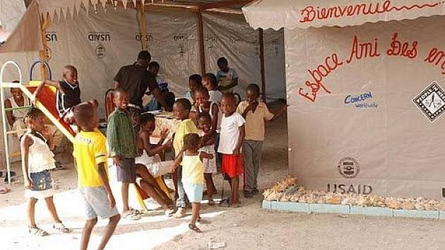 Dětské centrum ve zničeném v Port-au-Prince. Nabízí klidné místo na hraní i výuku.
