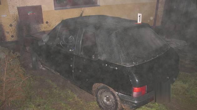 Střet auta s plynovou přípojkou.