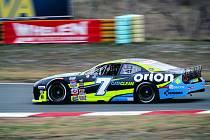 Ford Mustang a za jeho volantem Martin Doubek. V závodech Nascar Euro Series to byla známka vysoké kvality.
