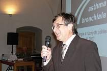 Primář Jiří Novák pozval na sympozium do Litomyšle české a slovenské odborníky na astma a alergie.