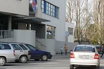 Zaparkovat osobní automobil u nemocnice ve Svitavách není ve všední dny jednoduché. Vozidla stojí po obou stranách úzké ulice.