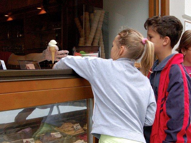 Zmrzlina nejvíce chutná právě dětem. A když je pořádné teplo, tak je u okének s touto pochoutkou k vidění často pěkně dlouhá fronta a prodavači se musí pořádně otáčet.