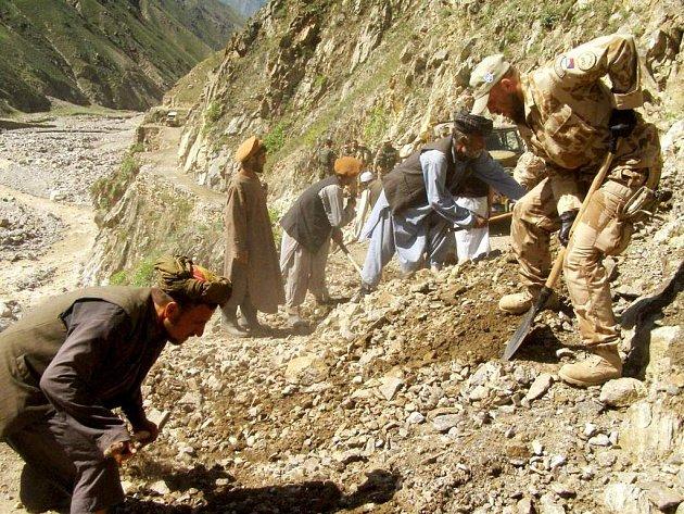 Odklízení zasypané cesty na jedné z afgánských cest. Na obnovení pracují společně s českými vojáky i místní muži.