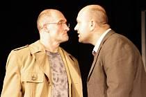 DRSNÝ VYŠETŘOVATEL. Herec Dušan Blažka (vpravo) si nastudování Komunismu užil. Záporné role se mu hrají mnohem jednodušeji. V pondělí hrál estébáka naposledy.