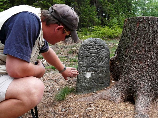 Zlomený hraniční kámen historik  svitavského muzea Radoslav Fikejz příští týden  slepí.