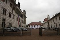 Návštěvníci se trousí do budovy zámku na představení festivalu Smetanova Litomyšl.Ilustrační foto