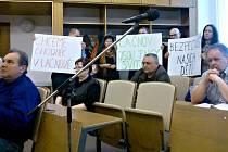 LAČNOVSKÉ PROTESTY. Chodník ze Svitav do Lačnova je palčivý problém. Protest občanů přinesl jediný výsledek,a to je diskuse o tomto tématu. Plán práce na tomto projektu to nemění.