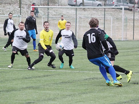 Dva nadmíru cenné body vybojovali ve své jarní premiéře litomyšlští fotbalisté (v černých dresech).