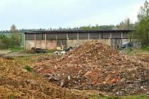 Hromadu hlíny a stavební suti brzy nahradí bioodpad. Na místě zemědělských objektů vyroste kompostárna.