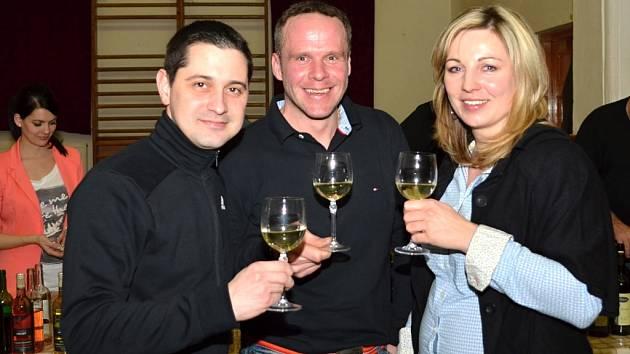 Sokolovna v Poličce je sice větší než vinný sklípek, ale atmosféra, která na koštu vín panovala, se dala srovnávat s tou na Moravě.