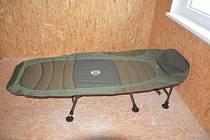 Lehátka v hale pro bezdomovce