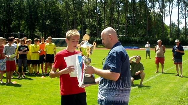 Kapitán svitavského celku Jan Jílek přebírá pohár za třetí místo na republikovém pohárovém finále.