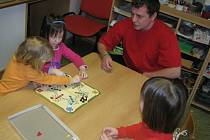 Jakub Motl je povoláním učitel ve školce.