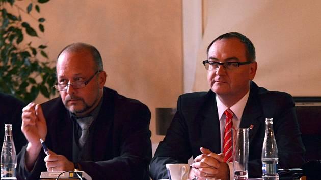 Roman Línek (vpravo) na jednání zastupitelstva v Litomyšli.