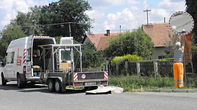 Nové zrcadlo zlepší v Morašicích výjezd na hlavní silnici. Bezpečnost v obci je zase o trochu větší.