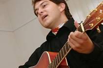 Písničkář Adam Katona  při čvrtečním vystoupení.
