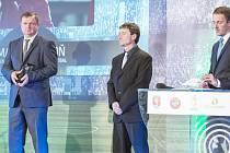 Ve vybrané společnosti. Ocenění Martinu Komoňovi (uprostřed) předal reprezentační trenér Pavel Vrba. Vyhodnocen byl spolu s dorosteneckými trenéry z ligových klubů z Liberce a Karviné.