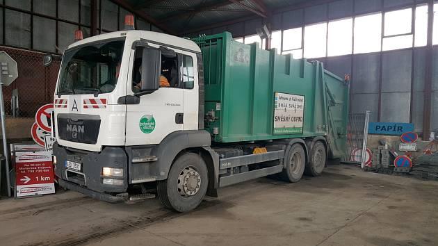Vozy na svoz komunálního odpadu budou díky novému systému vybaveny čtečkami čárových kódů. Každý poplatník pak bude mít svůj virtuální odpadový účet
