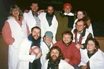 Herci ze scénky o loupežníkovi Frantovi ze Žlíbku z roku 1998. Je vidět, že už tenkrát se náramně bavili.