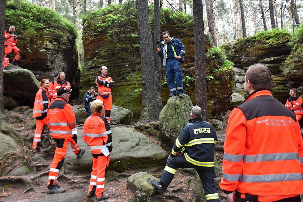 Záchranáři s hasiči si projeli složitý terén Toulovcových maštalí. Někteří byli ve skalách u Budislavi poprvé.