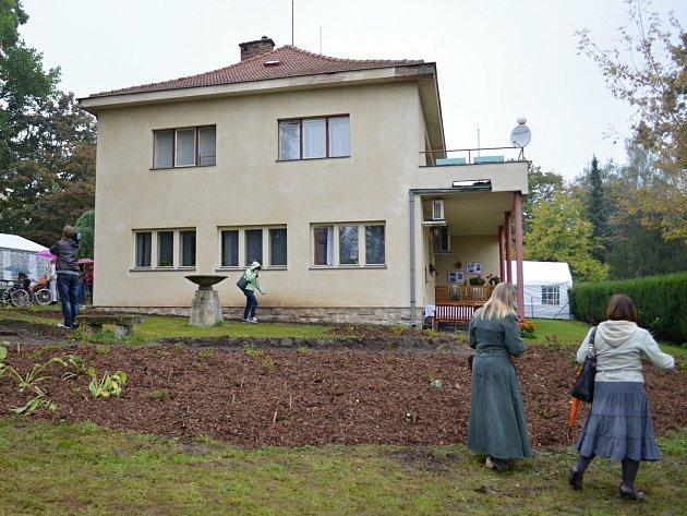 PROZATÍM BEZ KVĚTIN. Na krásně rozkvetlou zahradu si budou muset v Litomyšli počkat do jara.