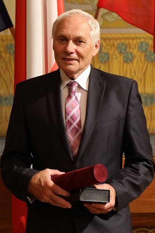 Petr Doseděl byl oceněn za dlouholetou pedagogickou činnost,  vedení základní školy ve funkci ředitele a podporu studijních a volnočasových aktivit žáků.