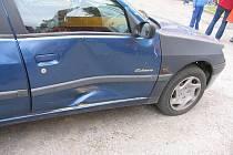 Při couvání naboural řidič BMW do zaparkovaného vozidla.