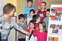 KOMISAŘI  si Dolní Újezd prohlédli  na  elektrokolech.  Projeli nové sídliště za školou, podívali se na soukromou farmu i do družstva nebo na  místní sportoviště. Při prohlídce se komise soutěže Vesnice roku zastavila také v újezdské mateřské  škole.