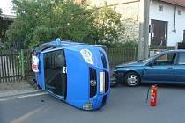 Nabouraný vůz skončil nevlastním zaviněním na střeše.
