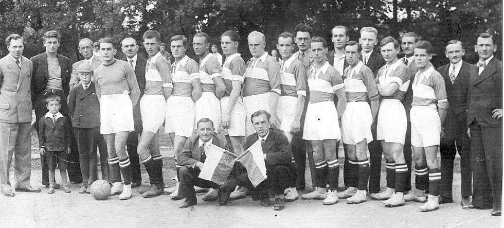 Unikátní snímek druhého místního klubu, AFK Litomyšl, byl pořízen v roce jeho založení (1933). Jména hráčů, jež oblékali jeho dres, se bohužel nedochovala a po letech je už těžko dá někdo dohromady.