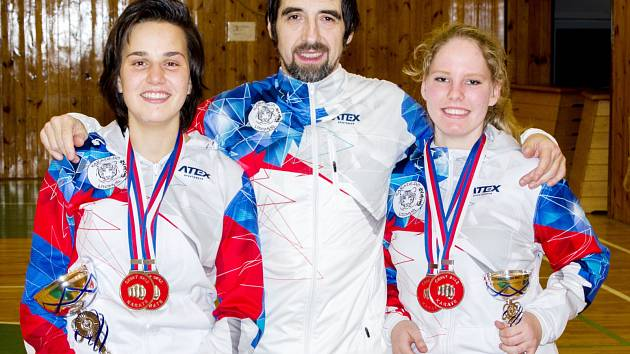 Úspěšná výprava z Litomyšle. Zleva dvojnásobná mistryně Anna Kašparová, trenér Jiří Smékal a dvakrát bronzová Iva Holomková.